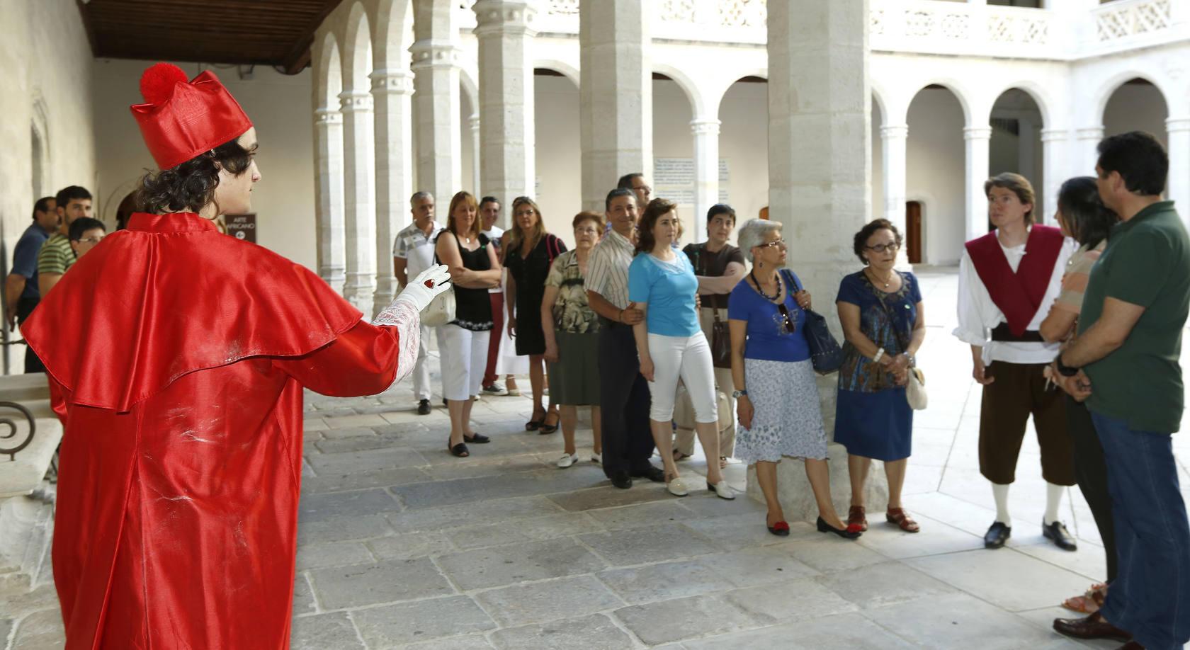 Teatralización de una de las visitas en el Palacio de Santa Cruz