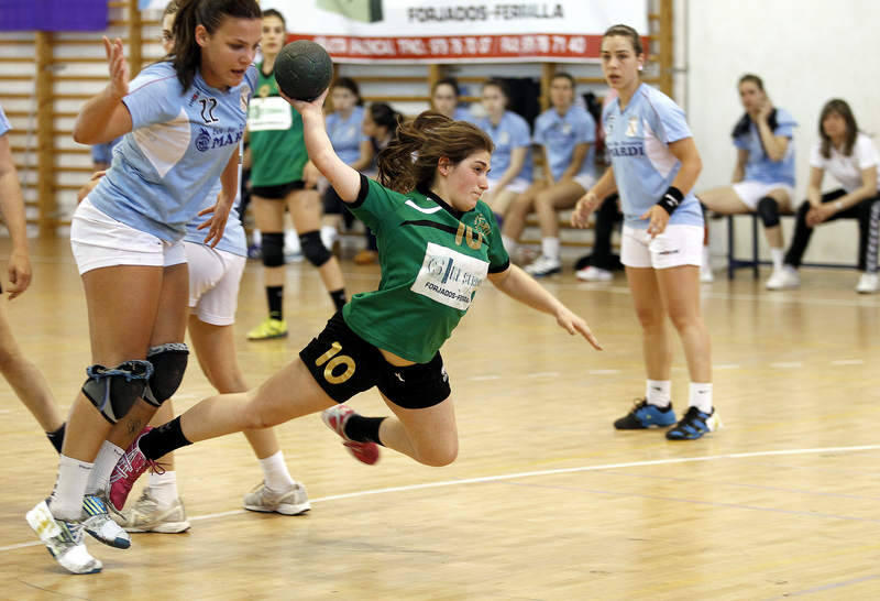 Partido de balonmano femenino entre el el Serr&oacute;n de Palencia y el Seis do Nadal