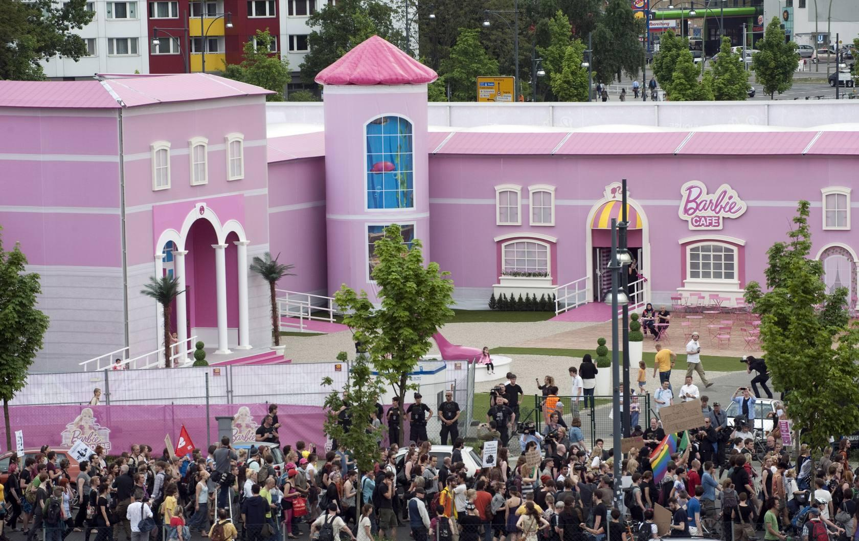 Protestas feministas en la casa de Barbie en Berl&iacute;n