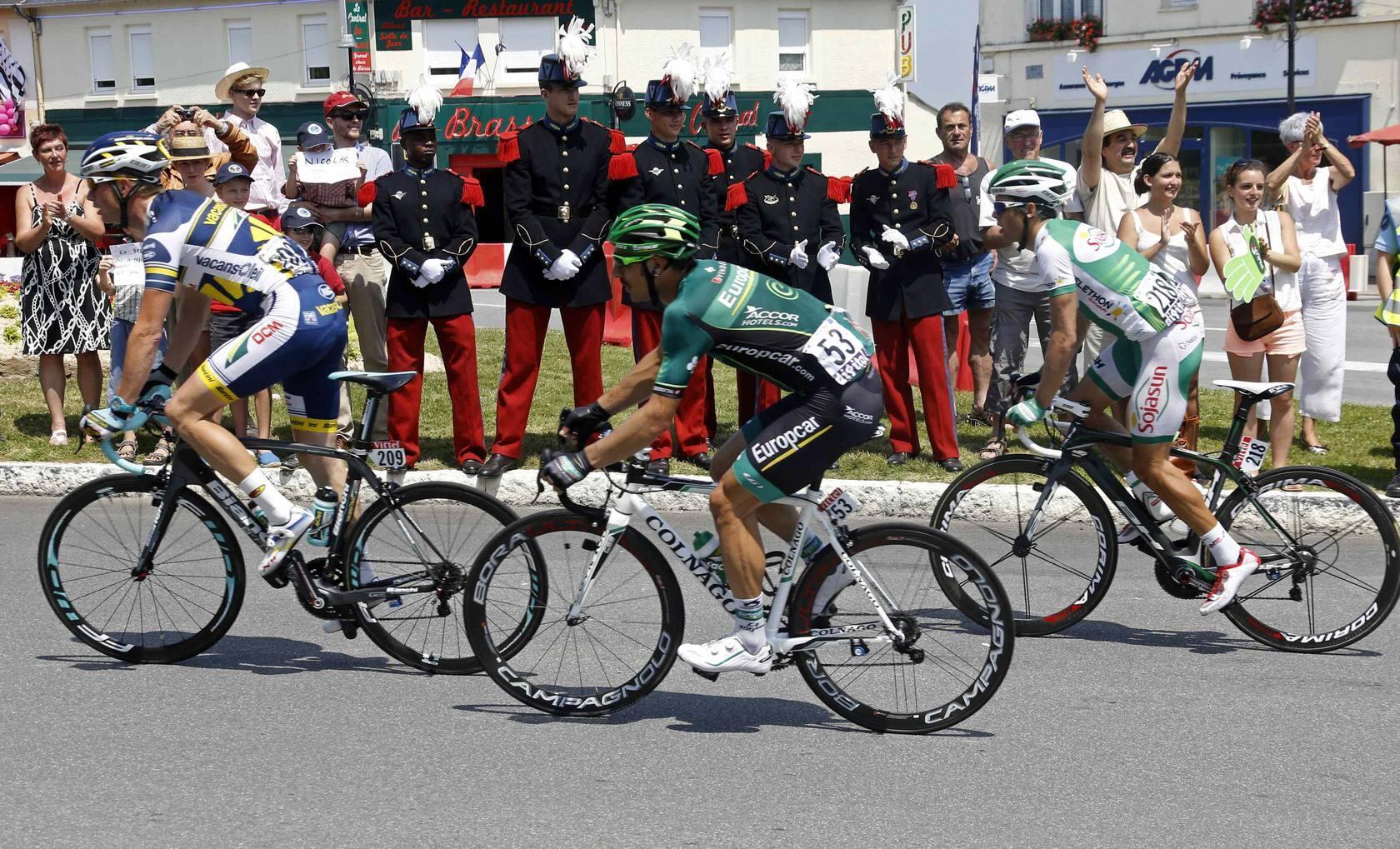 Kittel gana la décima etapa en un accidentado esprín