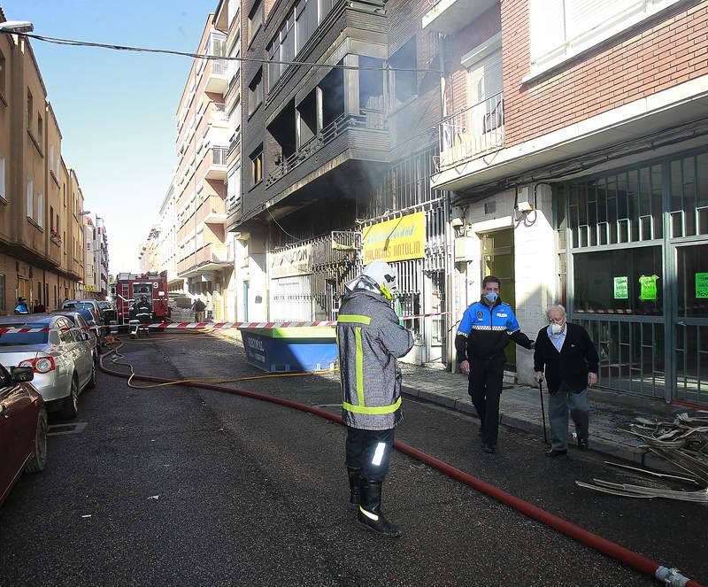 Incendio en un almacén de material eléctrico en la calle Doctor Díaz-Caneja de Palencia
