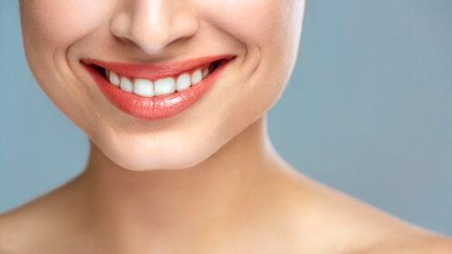 Sonrisa perfecta con esta limpieza y blanqueamiento dental