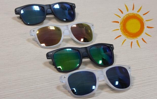 Gafas de sol con cristales de colores 14€