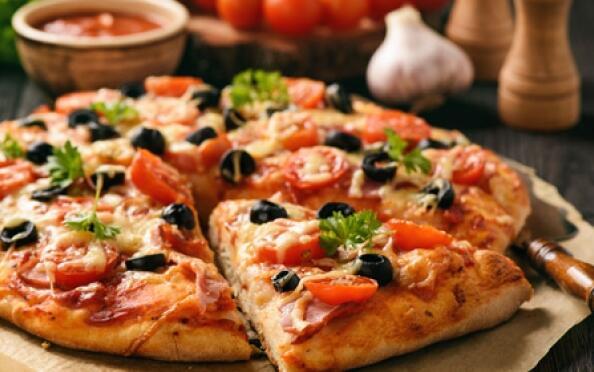 Sabroso menú con pizza grande, entrante, bebida y postre