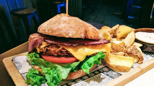 Nachos, dos hamburguesas y dos pintas Pilsner
