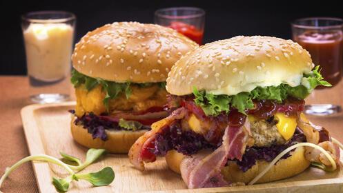 Deliciosas hamburguesas de buey o de pollo para dos