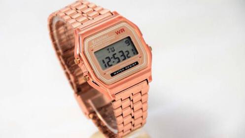 Reloj digital retro en color bronce