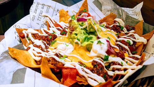 Tapeo en el centro: nachos, bravas y dos pintas Pilsner