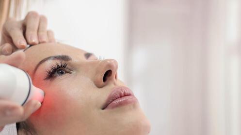 Mesoterapia facial médica con inyección de vitaminas