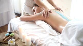 Peeling corporal y masaje relajante con aceite reafirmante
