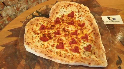 Pizza de corazón en un gran menú de San Valentín para dos