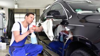 Coche limpio y brillante: lavado interior y exterior