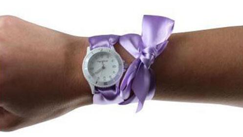 Reloj con 10 pulseras tejidas