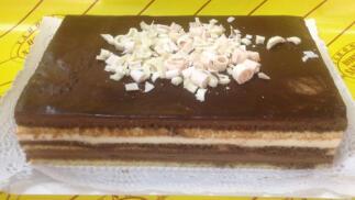 Exquisita tarta de tres chocolates