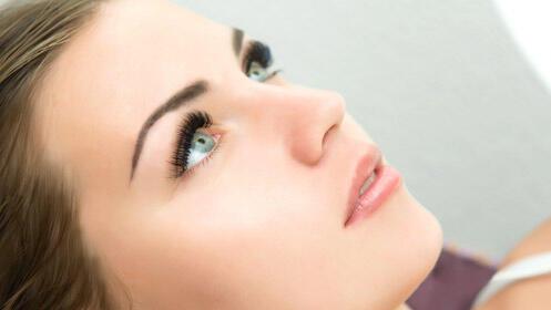 Transforma tu mirada con el tinte y permanente de pestañas